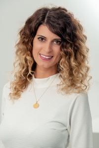 erfahrene Top Hairstylistin Spezialisiert auf Haarveredelung/ Haarverlängerung-Verdichtung Fachgebiet: Trendfarben und modisches Styling